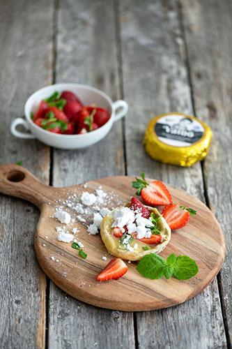 Väinö camembert-juustoa ja marinoituja mansikoita